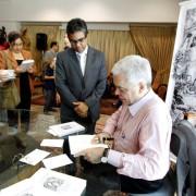 Ruy-Fabiano-autografando-a-biografia-do-Mestre-Gabriel-o-Mensageiro-de-Deus