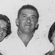 capa-Giovanni-com-as-filhas-Míriam-(E)-e-Giovanilza-(D)
